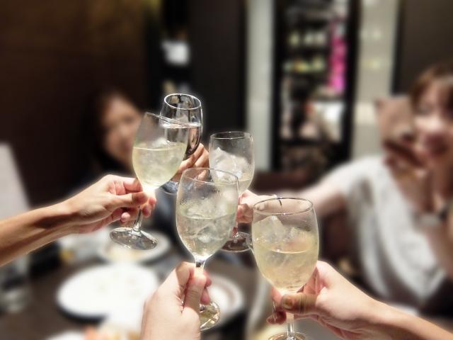 女性の手とワイングラス