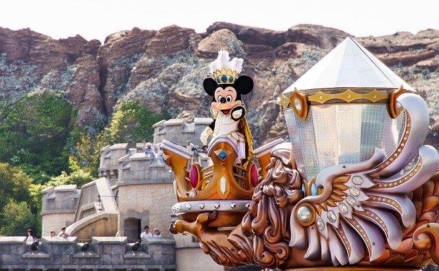 ディズニーシーでパレードをするミッキー